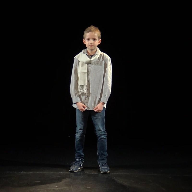 Uczestnik 9. Festiwalu Młodego Aktora w trakcie prezentowania utworu.